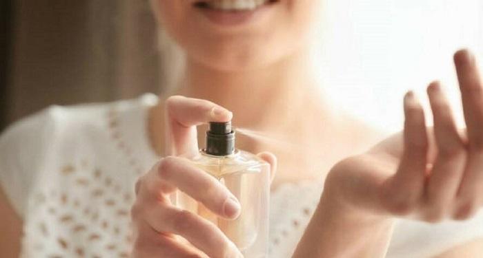 بعد از اینکه عطر را زدید، دستان خود را به هم نمالید