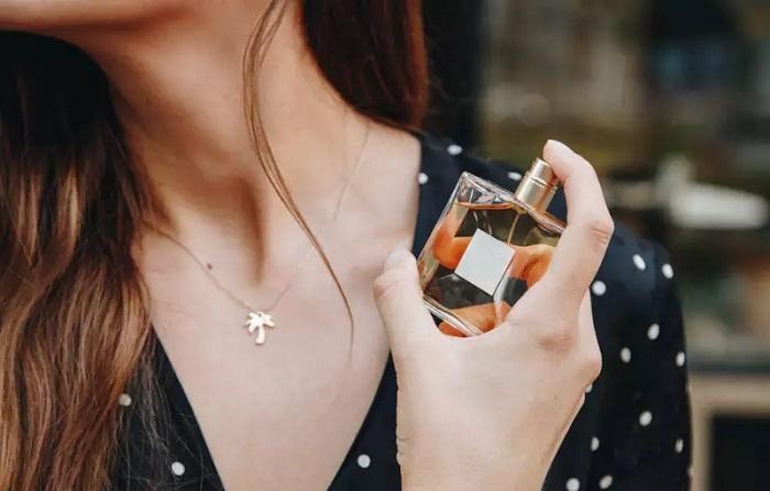 اسپری کردن عطر به روش صحیح
