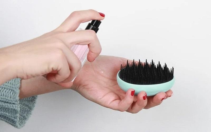 عطر را روی موهایتان مسواک کنید!